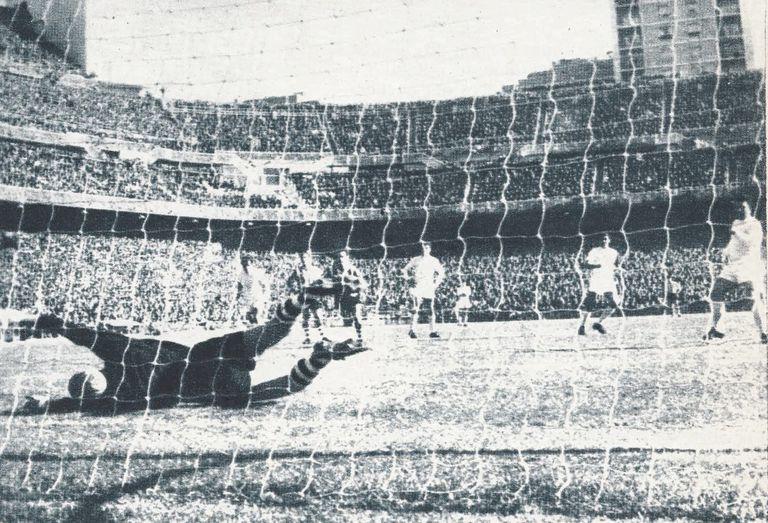 Como dos años antes en San Mamés, Puskas bate a Iribar tras un penalti que también cometió Orúe sobre Manolín Bueno.