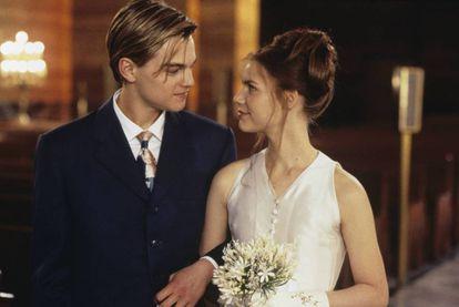 Leonardo DiCaprio y Claire Danes en la boda de 'Romeo+Julieta', de Baz Luhrmann, vestidos de Prada.