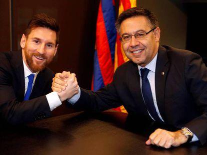 Messi y Bartomeu, durante la última renovación del jugador.