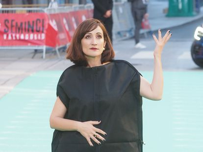 La humorista Ana Morgade posa a su llegada la gala inaugural de la 66ª Semana Internacional de Cine de Valladolid, la Seminici, el día 23.