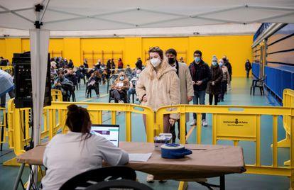 Varias personas esperan su turno este lunes para las pruebas de coronavirus en el cribado poblacional en Palma.