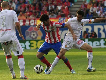 Diego Costa trata de irse de Martí.