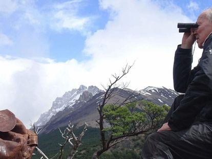 Herzog con la mochila de Chatwin en una escena del documental sobre el escritor.