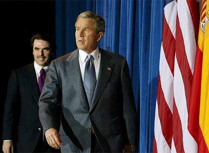 El presidente del Gobierno español, José María Aznar, y el mandatario estadounidense, George W. Bush, antes de la rueda de prensa conjunta que ofrecieron tras la reunión de ambos en el rancho de Crawford, Tejas, el 22 de febrero de 2003, y en la que Bush avisó a Aznar de que iría a la guerra en marzo con o sin resolución de la ONU.