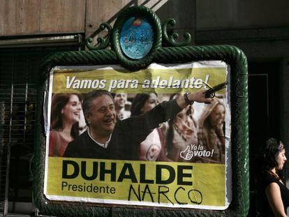 Un cartel de propaganda política de Eduardo Duhalde alterado.