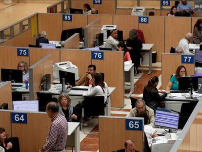 Funcionarios en la delegación de Hacienda en Madrid.