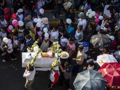 La desaparición y asesinato de una menor de siete años en un barrio pobre del sur de la capital conmociona al país, cada vez más espoleado por el movimiento feminista