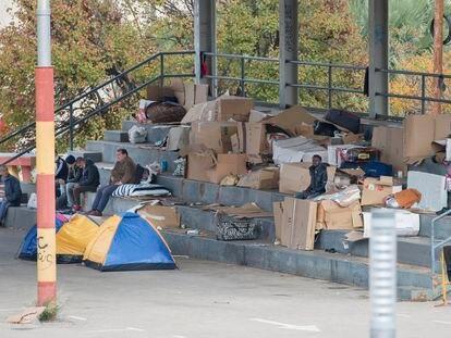 Inmigrantes cobijados entre cartones en el recinto ferial de Jaén.