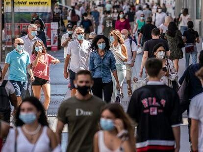 Peatones caminan por la Gran Vía de Madrid el pasado septiembre.