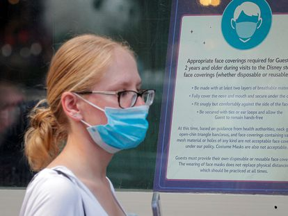 Una mujer porta una mascarilla en Nueva York tras el anuncio del CDC.