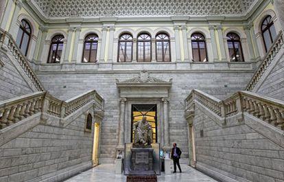 En su entrada principal, de estilo neohelenista, la Biblioteca Nacional (BNE) acoge a un huésped de honor: don Marcelino Menéndez Pelayo. Además de filólogo, poeta, historiador, el santanderino fue director de la BNE entre 1898 y 1912.