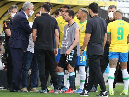 Messi escucha a Tite, seleccionador brasileño, este domingo en el estadio Arena de Sao Paulo.