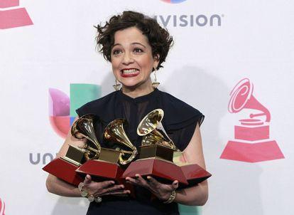 La mexicana Natalia Lafourcade posa con los premios que recibió en la gala de los Grammy Latinos en 2019.