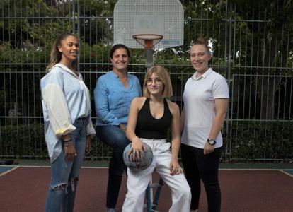 Mónica Messa, exjugadora internacional  y ahora entrenadora, junto a tres de sus pupilas. De izquierda a derecha Zoé Idahosa de Santiago, Ana Montero Sánz y Andrea Pérez Morales en Pozuelo de Alarcón