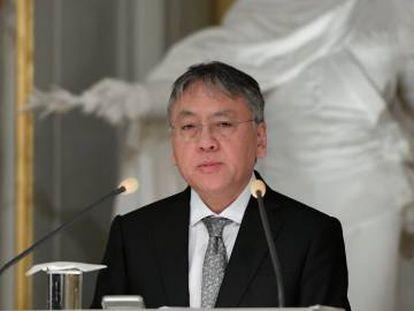 El premio Nobel de Literatura, Kazuo Ishiguro, ofrece una rueda de prensa tras la lectura de su discurso de aceptación.