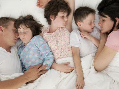 """Dividir a cama com os filhos é uma das marcas da """"criação com apego""""."""