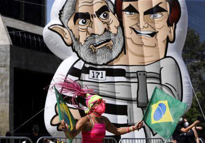 Un muñeco hinchable exhibido este domingo en la marcha de São Paulo que muestra a Bolsonaro abrazado a Lula.