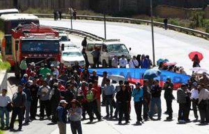 Trabajadores bolivianos de salud marchan, durante el tercer día de protestas para reclamar al Gobierno reformas a la ley de pensiones que permitan mejorar su jubilación en una de las calles de la ciudad de La Paz (Bolivia).