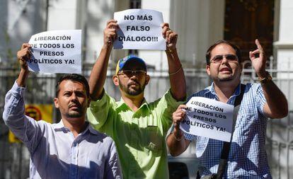 Activistas opositores fuera de la Nunciatura de Caracas.