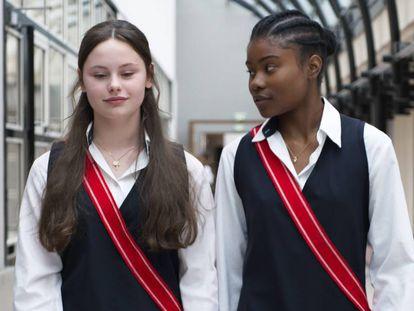 Louise Labèque y Wislanda Louimat, en una imagen de 'Zombi Child', de Bertrand Bonello.