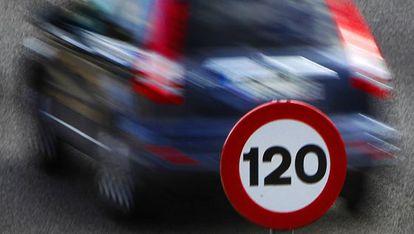 Señal que limita la velocidad a 120 kilómetros por hora en Madrid.
