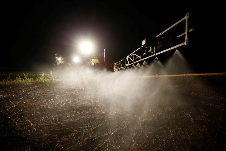 La agricultura brasileña, en la imagen irrigación de un campo cercano a Brasilia, ha aumentado el uso de fertilizantes en un 120% desde 1980.