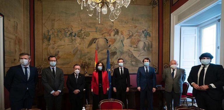 El presidente del PP, Pablo Casado, junto a los presidentes autonómicos y representantes de las Comunidades Autónomas del PP que han acudido a Senado.