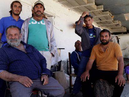 Juan Manuel El Canuto posa en su casa rodeado por familiares después de que se le haya retirado la tutela de 11 de sus hijos.