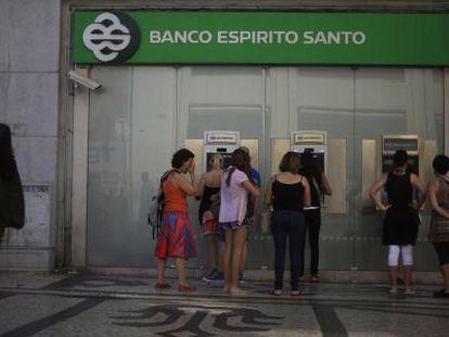 Filas para usar los cajeros de una filial del Banco Espírito Santo en Lisboa.