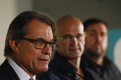 De izquierda a derecha, Mas, Romeva y Junqueras, candidatos de Junts pel Sí, ayer en Barcelona.
