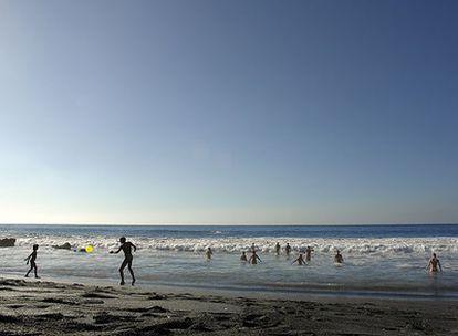 La playa de arena negra del Inglés, en La Gomera, se encuentra a resguardo de un gran acantilado (a unos 500 metros de la playa de María).