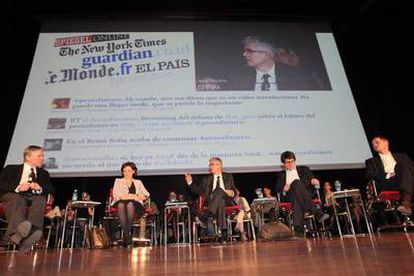 Desde la izquierda, los directores Bill Keller <i>(The New York Times</i>), Sylvie Kauffmann<i> (Le Monde</i>), Javier Moreno (EL PAÍS), Alan Rusbridger<i> (The Guardian</i>) y Georg Mascolo<i> (Der Spiegel</i>).