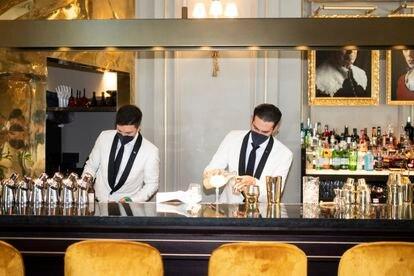 Dos camareros preparan sendos cócteles en el hotel Mandarin Oriental Ritz de Madrid.