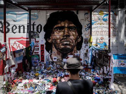 Personas observan un mural de Diego Maradona convertido en santuario en el estadio de Argentinos Juniors, el 1 de diciembre de 2020 en Buenos Aires (Argentina).