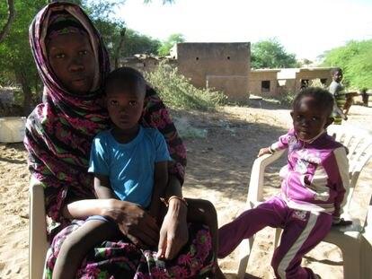 Fatou Gueye con sus hijos Fatou Dieye y Babacar, en brazos, en el pueblo de Gantour (norte de Senegal).