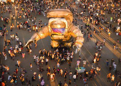 El famoso astronauta de la última edición de Coachella parece haber funcionado de modo profético: ese mismo temor a lo desconocido y el impulso de ponerse trajes de protección ha aplazado su convocatoria de 2020.