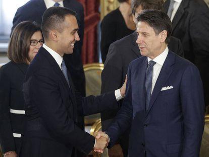 Luigi Di Maio estrecha la mano del primer ministro, Giuseppe Conte, en el Palacio del Quirinal.