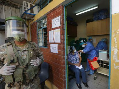 Un oficial del Ejército peruano vigila un centro de vacunación en Lima, este 9 de febrero.