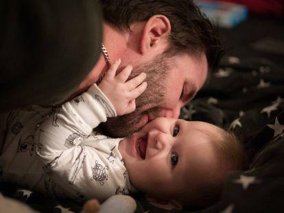 Un padre juega con su bebé.