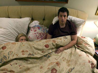 Tea Leoni se esconde de Adam Sandler en la película 'Spanglish' (2004)