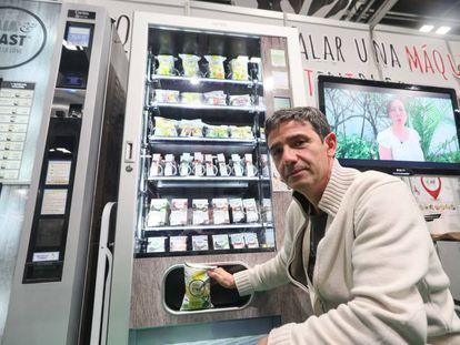 Javier Fernández, director de la fundación Copade, frente a una de las nuevas máquinas expendedoras ecológicas.