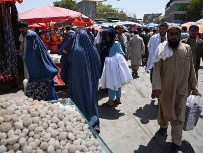 Una mujer con burka compraba el sábado en un mercado en Kabul.