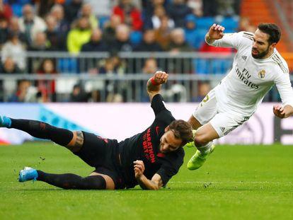 Dani Carvajal (derecha) y Nemanja Gudelj durante el Real Madrid - Sevilla.