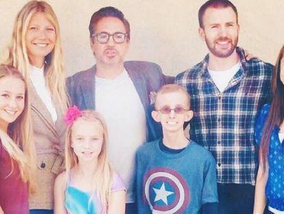 Gwyneth Paltrow, Robert Downey Jr. y Chris Evans junto a Ryan Wilcox y su familia.