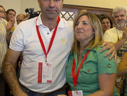 Rafael Quirós saluda a Irene García tras ser elegida secretaria provincial del PSOE de Cádiz.