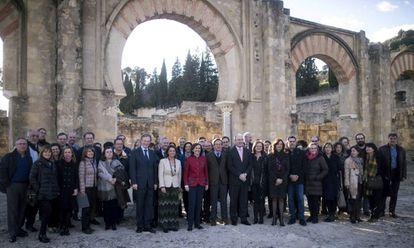 Los miembros del Consejo de Patrimonio Histórico Español posan ante la ciudad palatina de Medina Azahara.