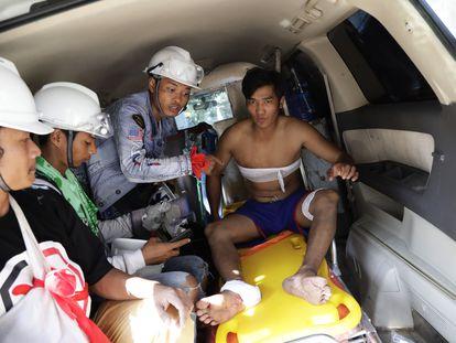 Personal sanitario atiende a un herido, este miércoles en Yangón (Myanmar).