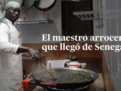 Videorreportaje | El senegalés que llegó en patera y ahora es el maestro arrocero de un chiringuito de éxito en Mazarrón
