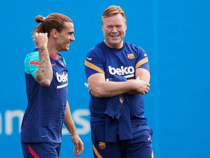 El técnico del Barcelona Ronald Koeman junto a Griezmann, durante la sesión de entrenamiento de este sábado.