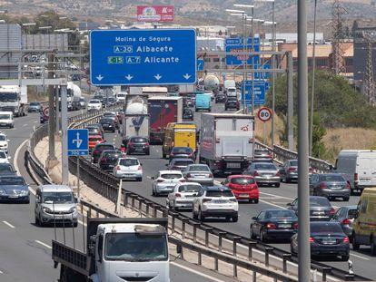 Tráfico en la autovía A-7 a su paso por Murcia, este viernes, en el inicio de la primera Operación Salida del verano.